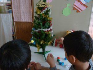 クリスマスツリーの飾りつけをしました!