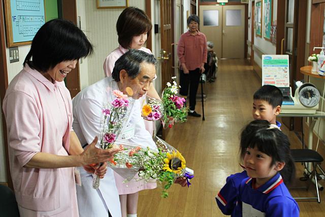 福田保育園園児からの花束贈呈
