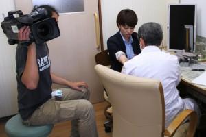 風疹についての説明を受けている松村さん